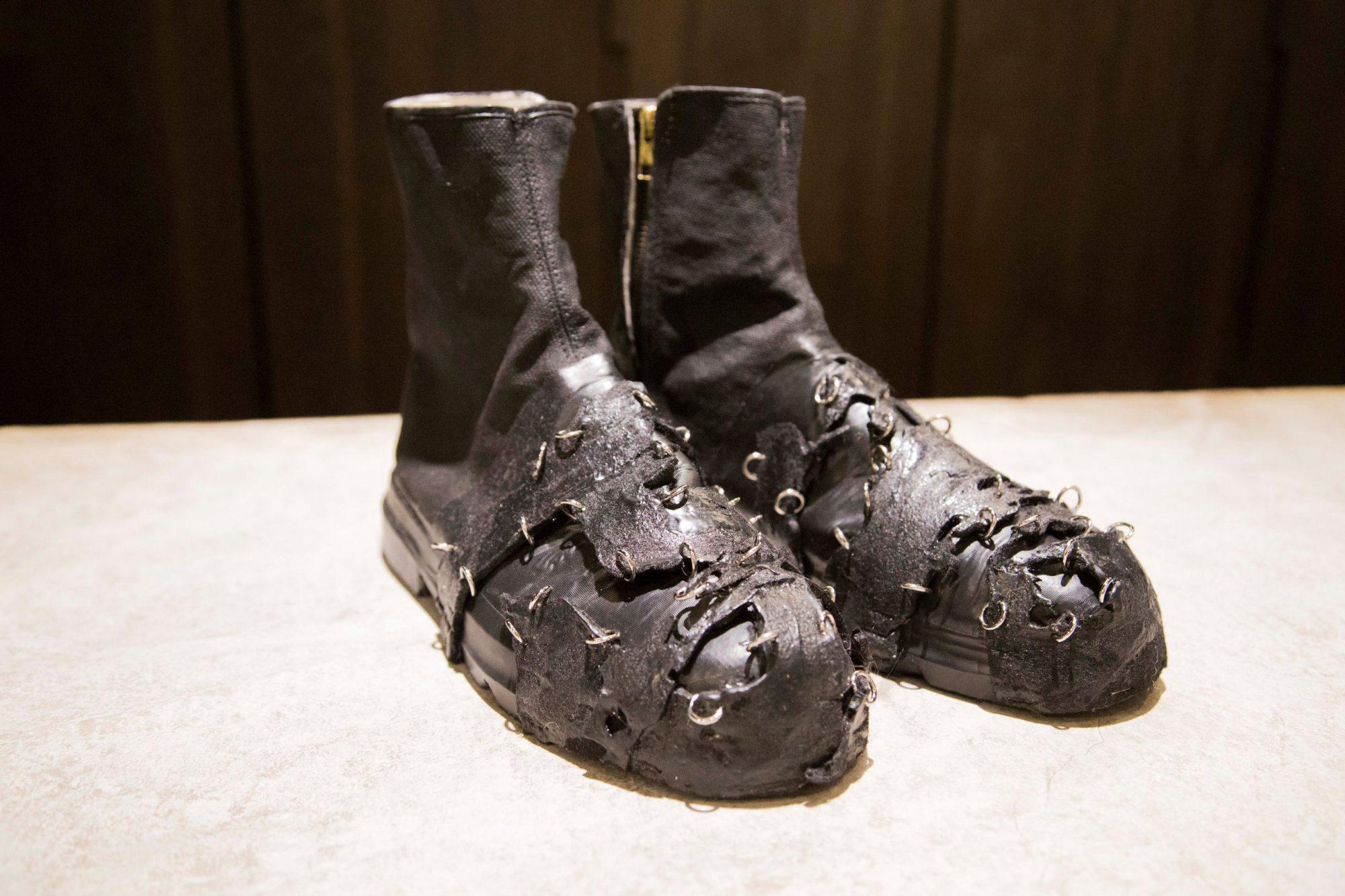附圖四:秀鞋以台灣傳統老牌「中國強」帆布鞋,用黑色膠帶層層纏繞。