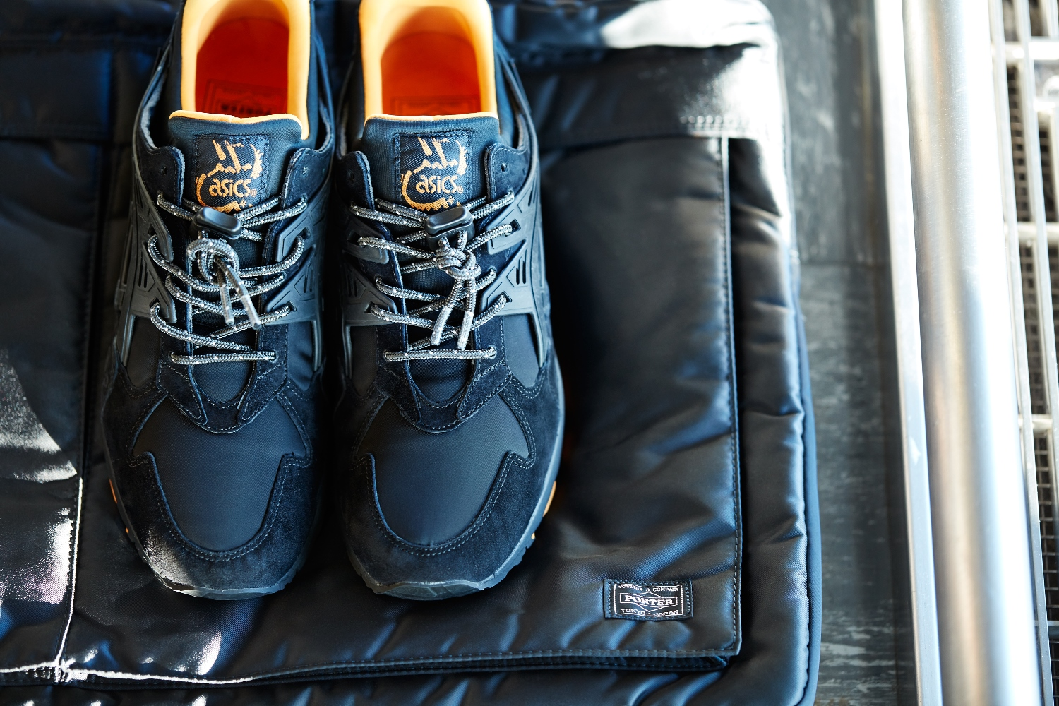 ASICS TigerXPORTER_THAT BLACK NYLON_採用Porter 招牌黑色尼龍結合麂皮製作鞋身。