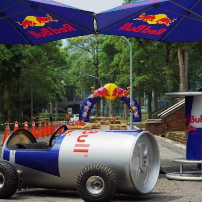 "REDBULL-SOAPBOX-RACE (3 – 10)<div style=""font-size:.8em;opacity:.8;color:#51c732;"">瘋狂比速度更重要的飛車大賽</div>"