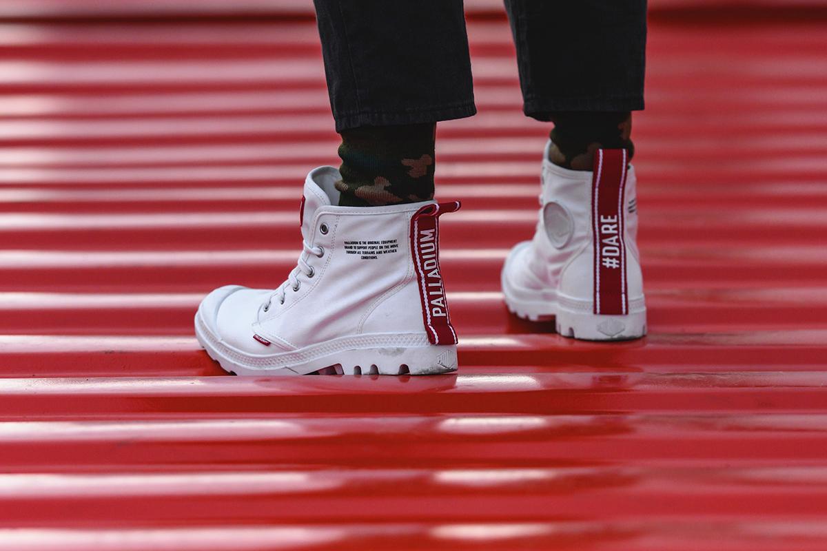 02.-PAMPA-HI-DARE傳達勇於表現自我與不羈的個性態度-左右後跟鞋提織帶分別飾以「PALLADIUM」、「#DARE」標語