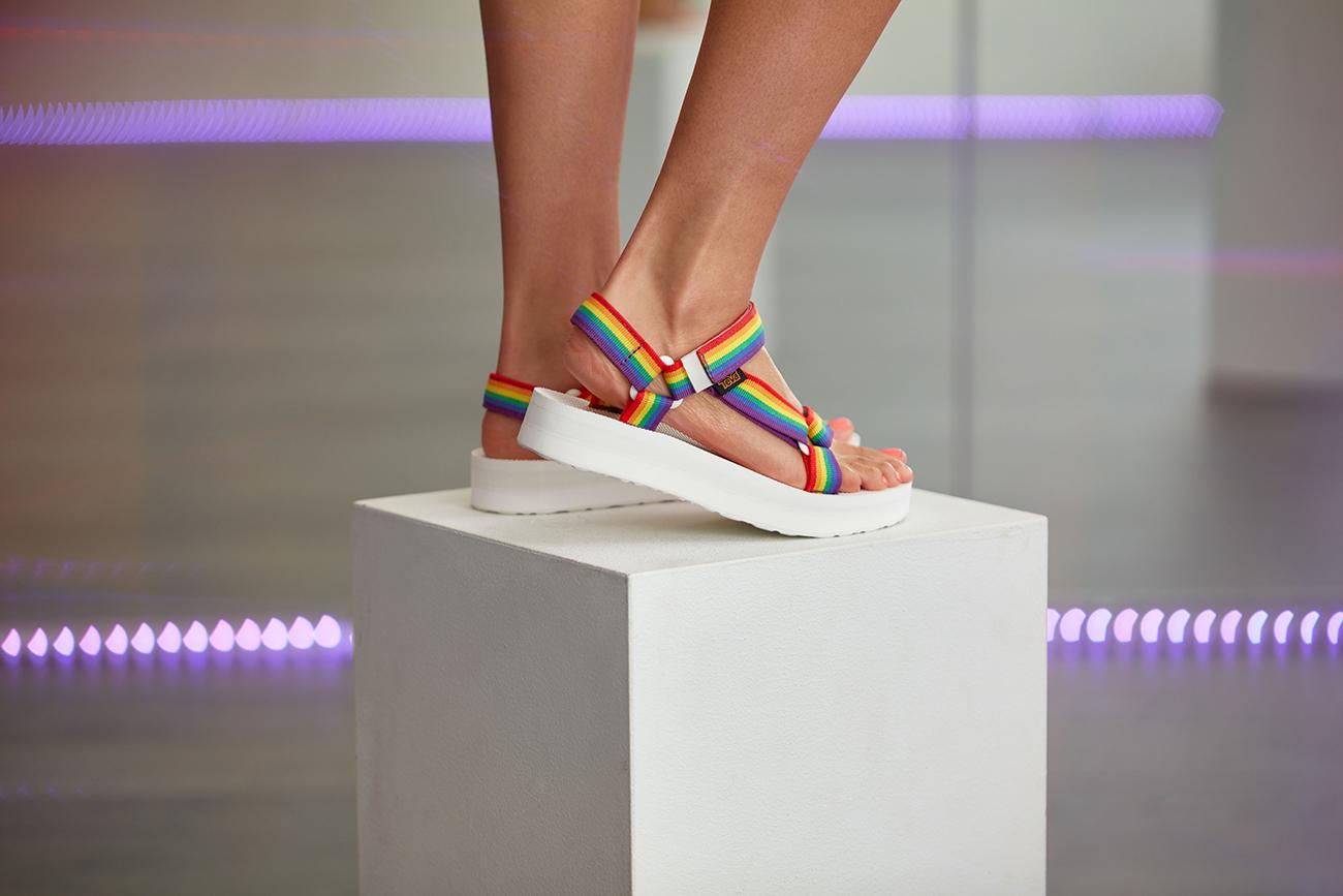Teva-Rainbow-sandals-02