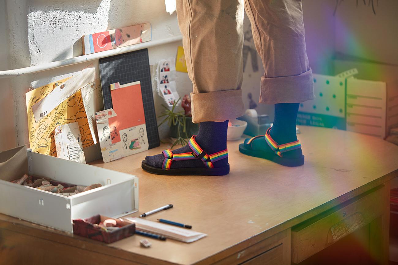 Teva-Rainbow-sandals-03